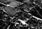Links: das Schappe-Fabrikgelände in Kriens auf einer undatierten Luftaufnahme aus den 1930er-Jahren. Die Busschleife befindet sich heute dort, wo am rechten Bildrand Garten- anlagen zu sehen sind. (Bild: PD)