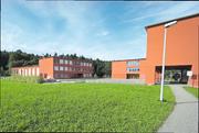 Blick von Süden auf die Schulanlage Erlen in Emmen. Der neue Trakt soll links auf der Wiese zu stehen kommen. (Bild: PD)