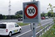 Die Geschwindigkeit ändert sich je nach Verkehrsaufkommen, hier auf der A14 bei Cham. (Bild: Werner Schelbert (Cham, 27. August 2013))