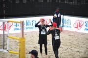 Tim Köpfli (links) und Irian Mika klatschen sich nach einem Punkt ab... (Bild: Roger Grütter/ Neue LZ)