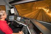 Ein Lokomotivführer fährt durch den Gotthard-Basistunnel. (Bild: Keystone / Urs Flüeler)