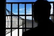 Wegen überfüllten Gefängnissen müssen hin und wieder Häftlinge in ausserkantonale Haftanstalten transportiert werden. (Symbolbild Neue LZ)