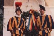 Mit seinem Bruder Marcel (links), der zwei Jahre in der Garde diente. (Bild: pd)