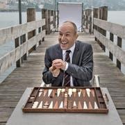 Strategisches Denken legt Roland Fischer nicht nur beim Backgammon-Spiel in Luzern an den Tag. Für den GLP-Nationalrat brauchts dieses auch in der Politik. (Bild: Nadia Schärli)