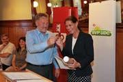 Albert Sigrist übergibt den Schlüssel symbolisch an Monika Rüegger. (Bild Roger Zbinden)