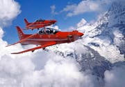 Zwei PC-21 kreisen über den Schweizer Bergen. Die zweisitzigen Nidwaldner Turboprop-Maschinen sind beliebte Trainingsflugzeuge für künftige Jet-Piloten. (Bild: PD)