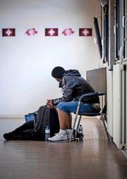 Immer mehr Flüchtlinge kommen in die Schweiz – so wie dieser Mann am Bahnhof Chiasso. Das überfordert zunehmend die Kantone. (Bild: Keystone/Ti-Press/Pablo Gianinazzi)