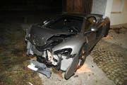 Fahrer und Beifaher wurden beim Unfall mittelschwer verletzt. (Bild: Zuger Polizei)