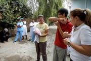 Zeigt Einheimischen, wie man hygienisch hustet: Erika Widmer (in der Mitte) in Kirgistan. (Bild: pd)