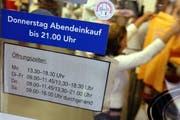 Die Öffnungszeiten eines Kleidergeschäfts in Sursee. (Bild: Fabienne Arnet/Neue LZ)