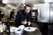 Moritz Stiefel, hier am Werk in der Küche des Hotel Gütsch. (Bild: Nadia Schärli / Neue LZ)