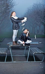 Fast wie Zwillinge: In der Show «Himmel auf Erden» teilen sich Luisa Dossenbach (rechts) und Svenja Schicker die Rolle der Luna. (Bild Stefan Kaiser)