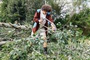 Ein Zivildienstleistender bei der Arbeit im Wald. (Bild: Keystone/Peter Klaunzer)