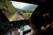 Ein Lokführer im Zug auf der Gotthardstrecke bei Wassen. (Bild: Keystone)