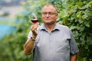 Der Alt-Regierungsrat und Weinbauspezialist Georg Hess ist verstorben. Hier auf seiner Rebplantage bei Immensee im Jahr 2011. (Bild: Philipp Schmidli / Neue LZ)