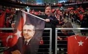 Anhänger des türkischen Staatspräsidenten Recep Tayyip Erdogan in Deutschland. (Bild: Wolfgang Rattay/Reuters (Oberhausen, 18. Februar 2017))