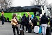 Reisende warten auf die Abfahrt eines Flixbuses in Zürich in Richtung München. (Bild: Walter Bieri / Keystone (Zürich, 8. Dezember 2016))