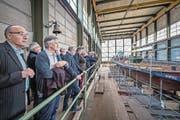 FDP-Kantonsräte und weitere Parteimitglieder begutachten einen Nauen, der im Moment bei der Shiptec AG repariert wird. (Bild: Pius Amrein (Luzern, 12. September 2017))