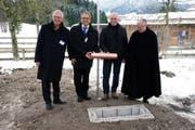 Sie nahmen an der Grundlegung teil (von links): Conrad Ammann (CEO EBM), Martine Dietler (Abteilungsleiter Wärmeprojekte EBM Wärme AG), Edgar Steinauer (Steinauer AG Recycling und Umweltservice) und Pater Markus Steiner (Kloster Einsiedeln). (Bild: PD)