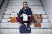 Samuel Reichmuth mit seinen Taschen im Neubad, wo er ein Atelier hat. (Bild: Manuela Jans-Koch (Luzern, 2. November 2017))
