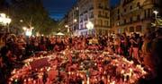 Trauernde Menschen gestern Abend auf Las Ramblas, wo am Donnerstag ein Lieferwagen in eine Menschenmenge fuhr. (Bild: Emilio Morenatti/AP (Barcelona, 18. August 2017))
