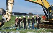 Vertreter der Paintballarena, der Käuferschaft und der Bauherrschaft vollzogen den offiziellen Spatenstich des Wohn- und Gewerbehauses Hangar 13 in Emmen. (Bild: PD)