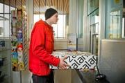 Soll geschlossen werden: die Postfiliale in Vitznau. Im Bild: Sidney Trionfini gab am gestrigen Nachmittag ein Paket auf. (Bild Dominik Wunderli)