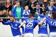 Bald werden die Spieler von Schalke 04 in der Swissprarena auf der Allmend zu sehen sein: Die Mannschaft wird im Juli gegen den FC Luzern spielen. Auf dem Bild feiern die Schalke-Spieler Eric-Maxim Choupo-Moting (2. v. r.) Sead Kolasinac (links), Klaas-Jan Huntelaar (2.v.l.), und Leroy Sane (rechts) ein Tor im Bundesliga-Spiel gegen Hannover 96 im April. (Bild: Keystone / Peter Steffen)