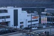 Der Raubüberfall ereignete sich auf diese Coop Filiale am Bahnhof in Hergiswil. (Bild: Kurt LIembd)