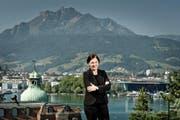 Schöne Aussichten: Die neue Direktorin Christa Augsburger auf der Terrasse der Schweizerischen Hotelfachschule Luzern (SHL) mit Blick auf das Luzerner Seebecken und den Pilatus. (Bild Pius Amrein)