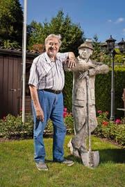Volksmusiker Hans Aregger, der heute 85 Jahre alt wird, mit dem «Mändu» in seinem Garten in Horw, den er zum 75. Geburtstag erhielt. (Bild Roger Grütter)