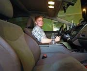 Maximilian Scherrer im Taxi Nummer 5 erwartet seine Fahrgäste. (Bild: Werner Schelbert (Zug, 7. Juli 2017))
