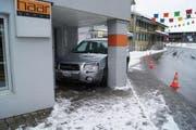 Der Automobilist «parkierte» sein Auto unmittelbar vor einem Hauseingang. (Bild: Zuger Polizei)