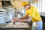 Joshuan Brenner (16) absolviert das erste Lehrjahr bei der Bäckerei Brunner in Dierikon. (Bild Philipp Schmidli)