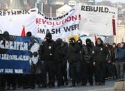 Vermummte Demonstranten an der Anti-WEf-Demonstration in Luzern. (Bild Roger Zbinden/Neue LZ)