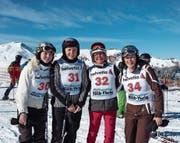 Die CVP-Frauen warten auf das Rennen: Von links lachen Laura Dittli, Monika Barmet, Iris Hess und Barbara Häseli in die Kamera. (Bild: Laura Dittli (18. Februar 2017))
