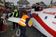 Die Gand-Air musste beim Dorfplatz einen Flügel abmontieren (Bild: Markus von Rotz / Neue NZ)