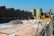 Beginn einer neuen Ära: Die V-Zug reisst ihre alten Öltanks ab. Es ist der Startschuss für ein langjähriges Bauprojekt. (Bild Stefan Kaiser)