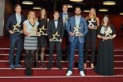 Die Gewinner der «Indoorsports»-Gala in Bern. Marco Lehmann von Swiss Central Basket (hinten Mitte) und Handballerin Sybille Scherrer vom LK Zug (rechts) wurden als «Topscorer» ausgezeichnet. (Bild: PD/Die Mobiliar/JANESKI ROMEL)
