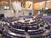 Emissionen reduzieren: Der deutsche Bundestag will für seinen Fahrdienst auf Elektroautos umsteigen. (Archiv) (Bild: KEYSTONE/EPA DPA/RAINER JENSEN)