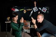 Der Schreibstift ist ihre Waffe: In ihrem kleinen Theater an der St.-Oswalds-Gasse 11 in Zug haben Judith Stadlin und Michael van Orsouw bereits Vorbereitungen getroffen für die szenische Lesung aus «Rötelsterben». (Bild: Nadia Schärli / Neue LZ)