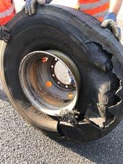 Der kaputte Reifen des Pneukrans. (Bild: Luzerner Polizei)