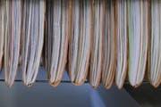 Beim Ausfüllen von amtlichen Dokumenten und der oft damit einhergehenden Papierflut soll neu eine Büro-Spitex helfen. (Symbolbild / Keystone / Gaetan Bally)