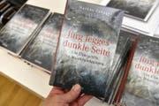 Das Cover des Enthüllungsbuches «Jürg Jegges dunkle Seite». (Bild: Keystone (Zürich, 4. April 2017))