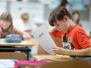 Die Kinder der Zürcher Volksschule werden weiterhin Französisch und Englisch auf der Primarstufe lernen. Das Stimmvolk lehnte die Initiative der Lehrerverbände für nur eine Fremdsprache auf dieser Stufe ab. (Bild: KEYSTONE/GAETAN BALLY)