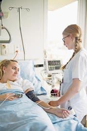 Eine Pflegefachfrau überwacht eine Patientin. Symbolbild: Corinne Glanzmann (Wolhusen, 27. April 2017)
