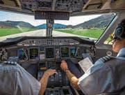 Blick ins Cockpit einer Maschine bei der Landung auf dem Flughafen Lugano-Agno. (Bild: Samuel Golay/Keystone (20. März 2015))