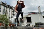 Der Unterhaltungskünstler Johnny Burn (36) auf der Terrasse seines Ateliers an der Moosstrasse in Luzern. Er freut sich über den Erfolg seines neuen Programms. (Bild: Nadia Schärli / Neue LZ)
