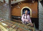 In der Confiserie Bachmann am Schwanenplatz werden Kunden von einer Wand verzückt, an der flüssige Schokolade herunterrinnt. (Bild Pius Amrein)