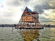 Das schwimmende dreieckige Holzhaus des Nigerianers Kunlé Adeyemi gehört zu den Attraktionen der Biennale. (Bild: PD)
